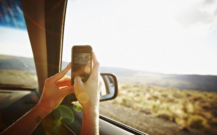 un smartphone en roadtrip