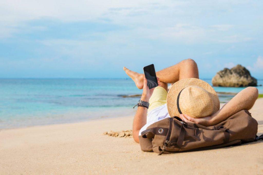 utilisation d'un smartphone sur la plage