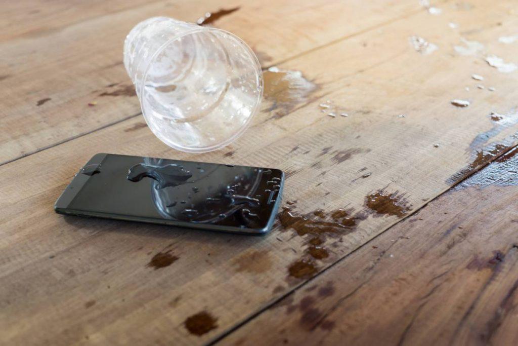 iPhone et verre d'eau