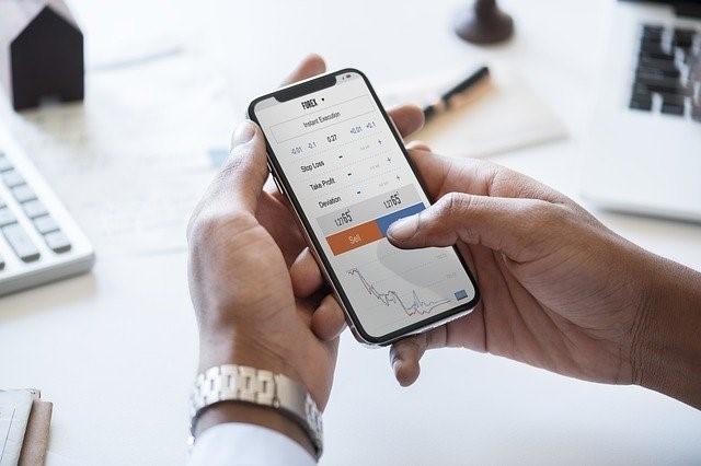 trader sur smartphone