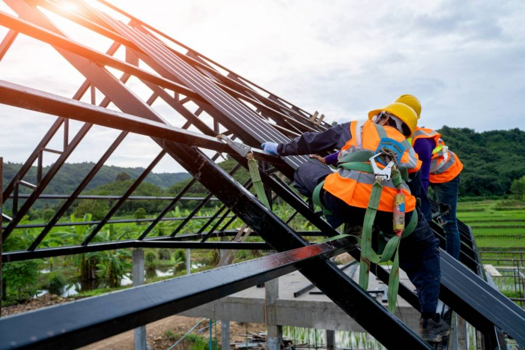 ouvriers sur infrastructure métallique